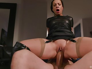 Queer grown-up brunette in leather Teressa Bizarre gets a hardcore fuck